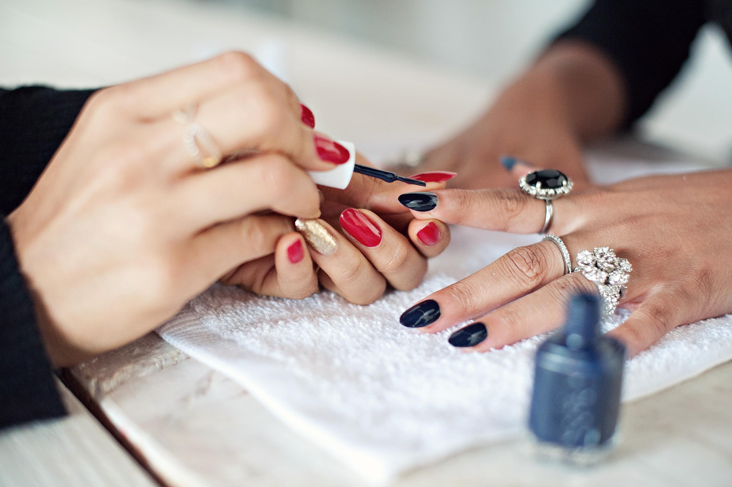 Miss Kris Glitter N Glue DIY Ombre Nails Karen G Nailing Hollywood Essie Glitter Polish BASE COAT